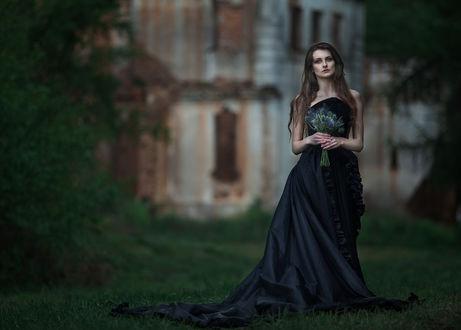 Обои Девушка в черном платье с букетом цветов