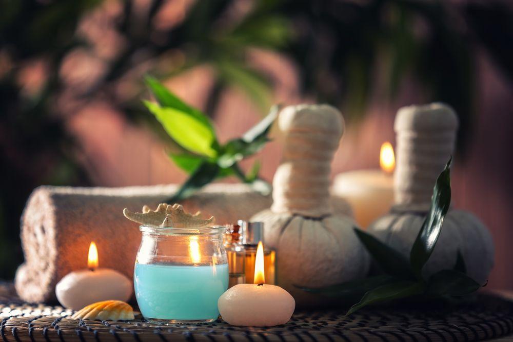 Обои для рабочего стола Spa-набор: зажженные свечи, махровое полотенце и ароматическое масло