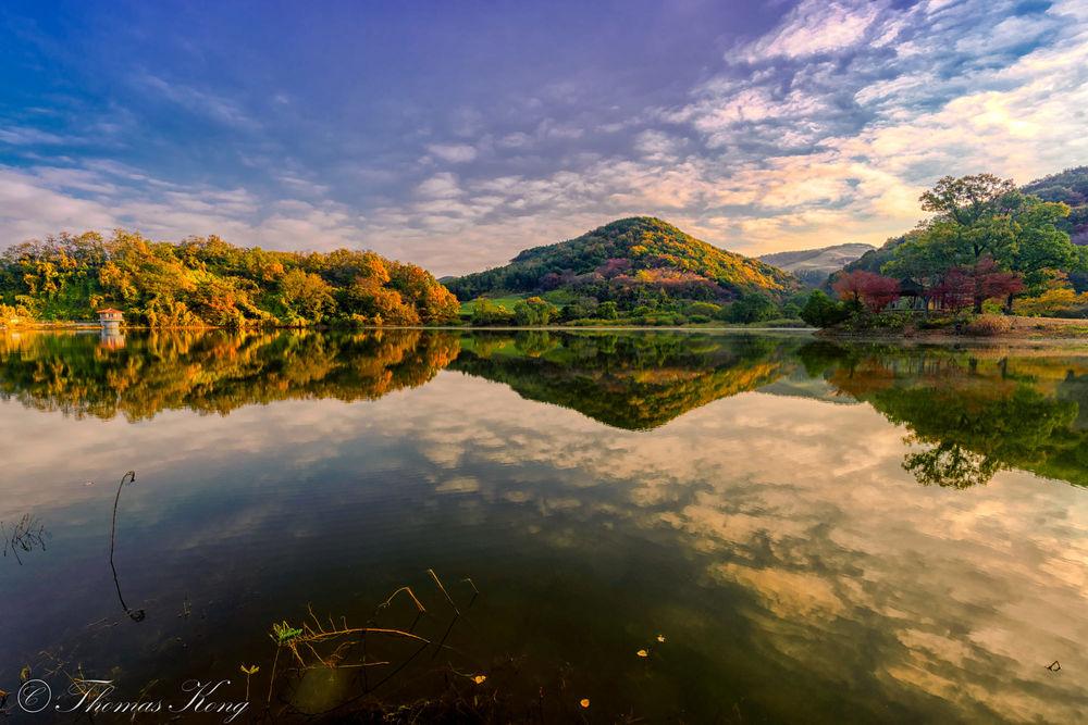 Обои для рабочего стола Холмы в осенних деревьях на берегу озера Yongbi / Юнби, фотограф Thomas Kong