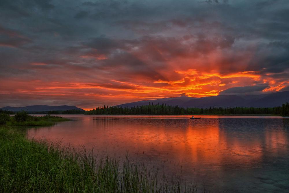 Обои для рабочего стола Восход солнца на озере British Columbias Boya Lake / Боя, озера Британской Колумбии, фотограф Philip Kuntz