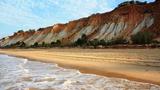 Обои Море омывает пляж с горами