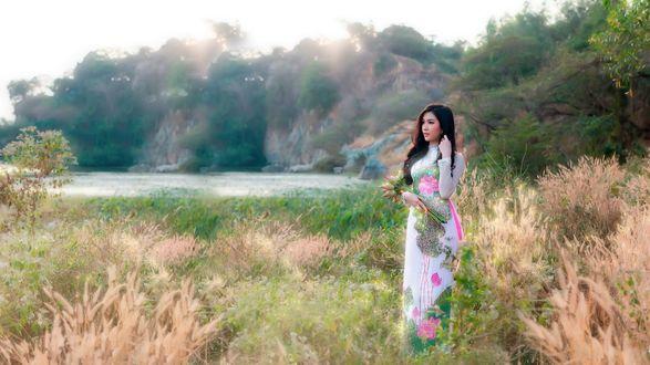 Обои Девушка азиатской внешности на поляне возле озера