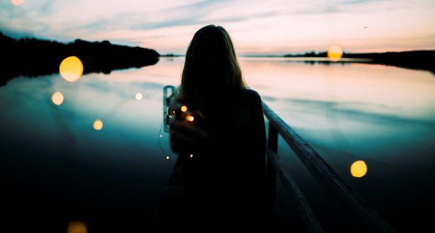Обои Девушка стоит на фоне озера