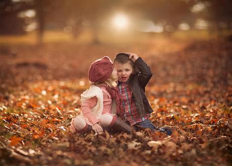 Обои Осенний детский поцелуй, фотограф Jake Olson