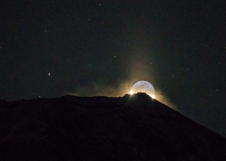 Обои Луна на небе над горой