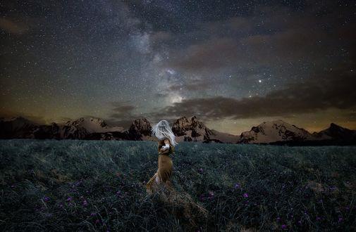 Обои Белокурая девушка в длинном платье в поле под ночным небом, фотограф cmoon view