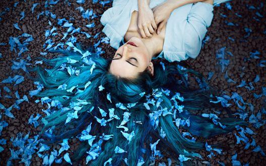 Обои Девушка, волосы которой усыпаны цветами, лежит на земле, фотограф Ronny Garcia