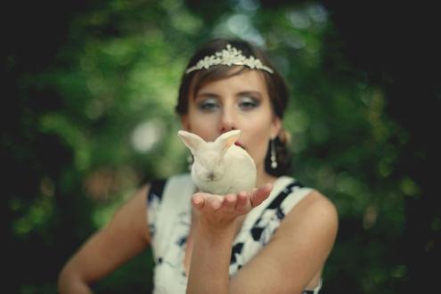 Обои Девушка держит кролика на руке