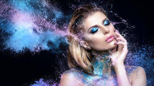 Обои Модель с ярким макияжем в брызгах воды держит руку с маникюром у лица