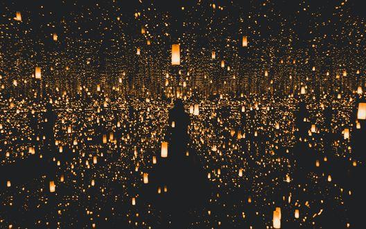 Обои Темные силуэты людей, пробирающихся среди моря зажженных фонариков в ночи, by Yayoi Kusama