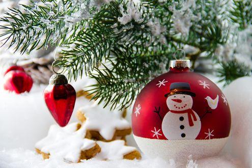 Обои Новогодние игрушки, елочная ветка в снегу и печенье