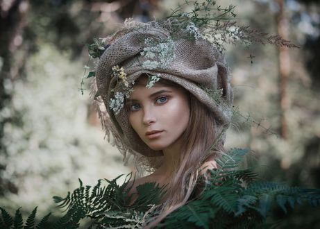 Обои Модель Алла стоит за листвой с цветами на головном уборе, фотограф Ilya Varivchenko