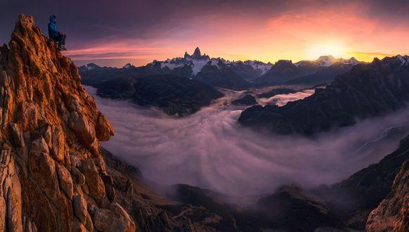 Обои Мужчина с вершины горы любуется красотами Patagonia / Патагонии, фотограф Max Rive