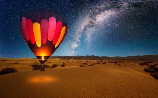 Обои Аэростат парит над пустыней, на фоне звездного неба