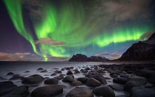 Обои Окутанные туманом валуны на побережье моря, на фоне гор и северного сияния, Lofoten, Norway / Лофотен, Норвегия