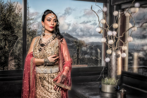 Обои Индийская девушка - невеста в национальной одежде с украшениями позирует у окна