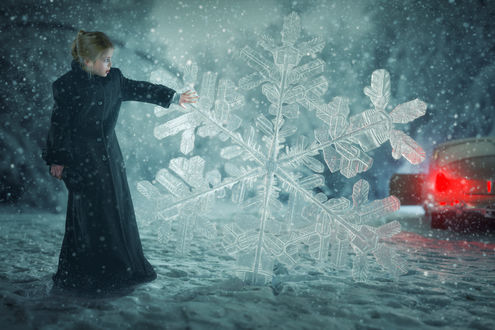 Обои Девочка стоит перед большой снежинкой, фотограф John Wilhelm
