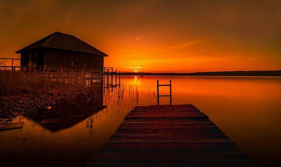 Обои Домик и мостик над озером на фоне заката