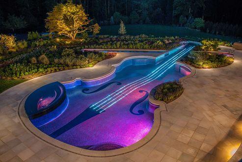 Обои Бассейн в виде скрипки на фоне вечерней природы