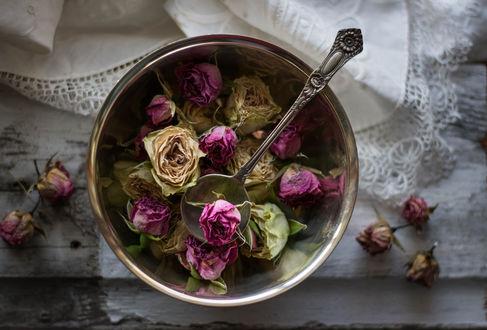 Обои Засушенные розы в тарелке с ложкой, фотограф Julie Jablonski