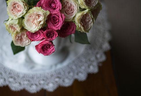Обои Букет роз в вазе на салфетке, фотограф Julie Jablonski