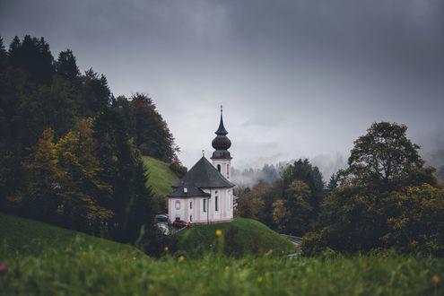 Обои Баварская классическая церковь на холме возле леса, фотограф Johannes Hulsch