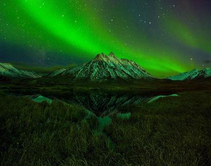 Обои Северное сияние над горой в Юконской территории, Канада, фотограф BSAM