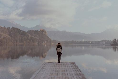 Обои Девушка стоит на краю мостика перед водоемом, фотограф Jessica Favaro