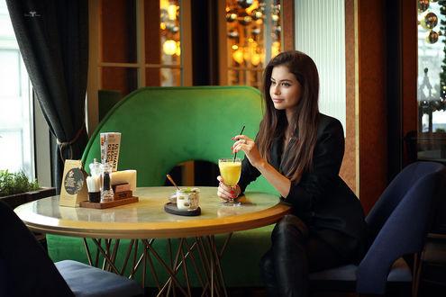Обои Модель Алина сидит за столом со бокалом напитка, фотограф Dmitry Arhar