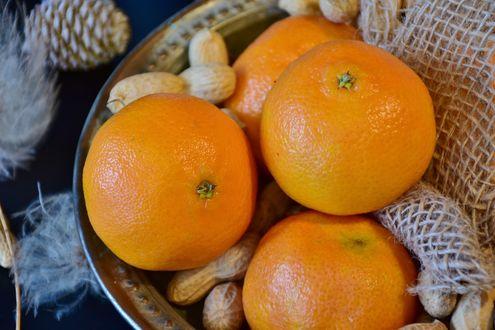Обои Мандарины с лесными орехами в тарелке