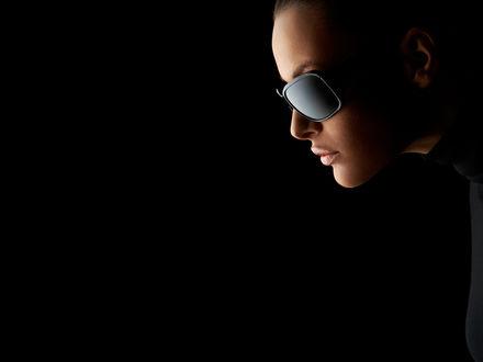 Обои Лицо девушки в черных очках
