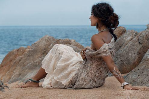 Обои Девушка сидит у камней на фоне моря, фотограф Elina Zolotareva