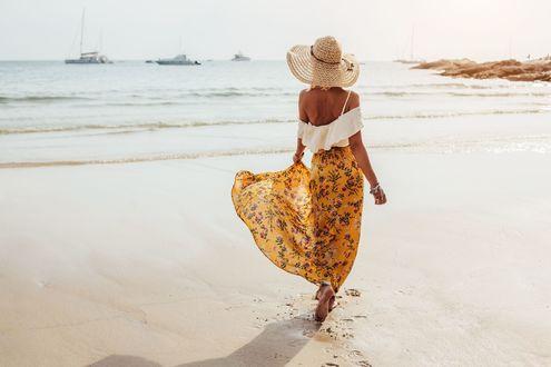 Обои Девушка в шляпе идет по пляжу