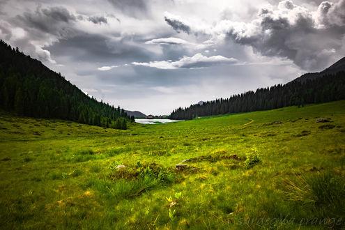 Обои Зеленеющая долина под облачным небом, перед озером, фотограф sardegna orange