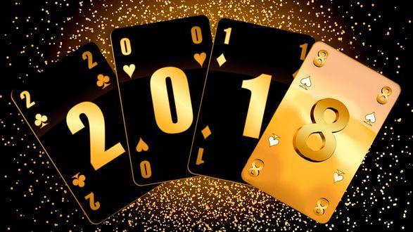 Обои Новый 2018 год, нарисованный на игральных картах, на черном фоне с бликами