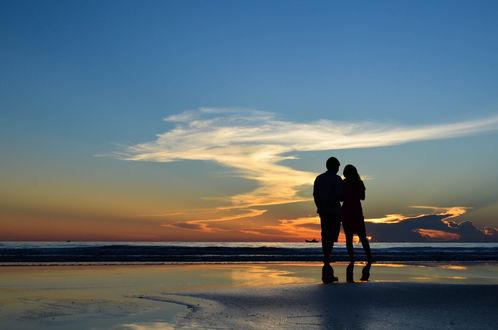 Обои Влюбленные встречают восход на пляже Nhat Le, фотограф Khoa Vu Dang