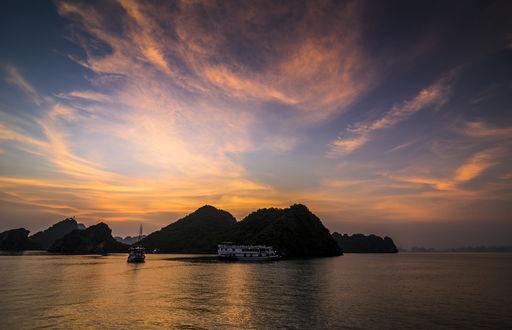 Обои Великолепный закат в заливе Halong Bay / Халонг, фотограф Quang Le