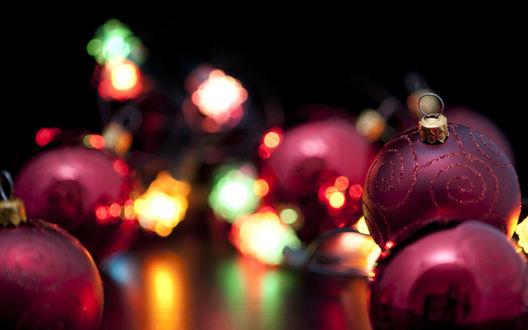Обои Новогодние шары и гирдянда