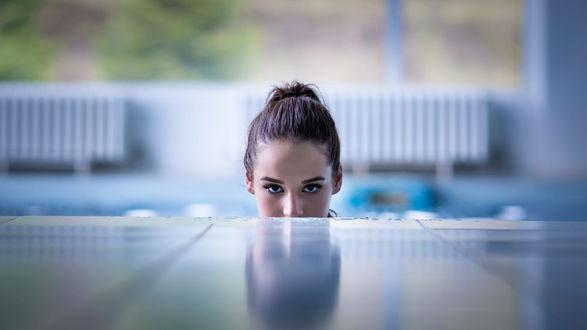 Обои Девушка Melania выглядывает из-за бортика бассейна, фотограф Green Lemon