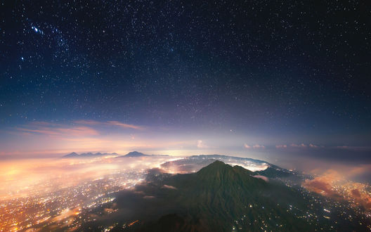 Обои Вид на вулкан Batur / Батур под звездным небом с самой высокой точки острова Bali, Indonesia / Бали, Индонезия, фотограф Антон Янковой