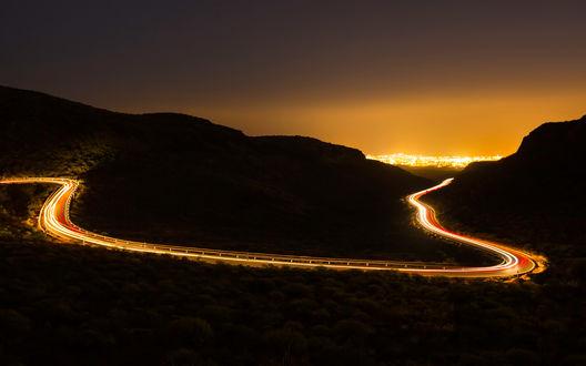 Обои Светящаяся красно-золотым светом дорога в горах