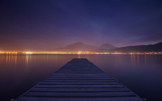 Обои Причал на горном озере, в котором отражаются огни города, в предрассветных сумерках