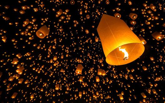 Обои Множество зажженных бумажных фонариков, улетающих в темное небо