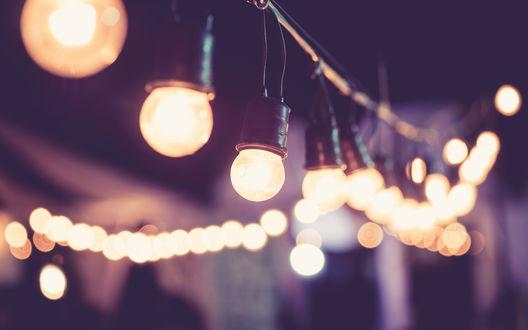 Обои Гирлянда из горящих золотистым светом лампочек