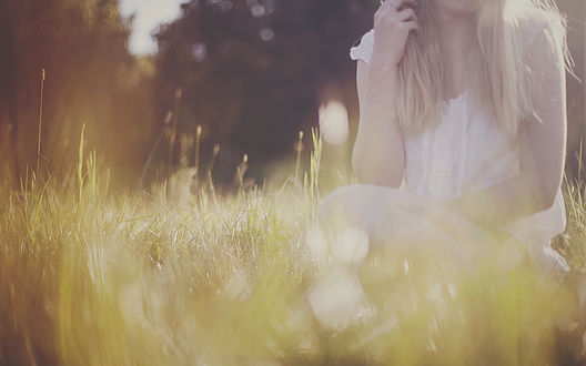 Обои Девушка сидит в траве, by gloeckchen