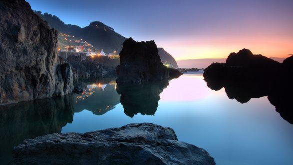 Обои Каменистые горные образования в воде, с домиками на заднем плане, остров Madeira, Portugal / Мадейра, Португалия
