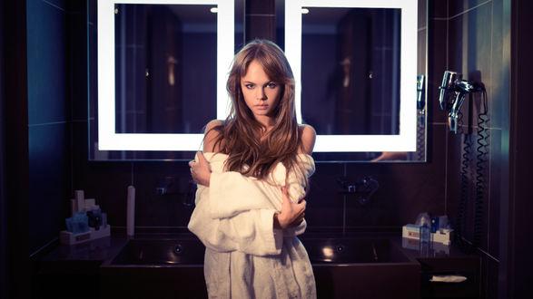 Обои Модель Anastasia Scheglova / Анастасия Щеглова в ванной комнате, фотограф Maksim Makeev