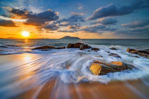 Обои Закат на Kura-Kura Beach, Bengkayang, West Borneo, Indonesia / Кура-Кура Бич, Бенгкаян, Вест-Борнео, Индонезия, фотограф Frumensius Dominggo