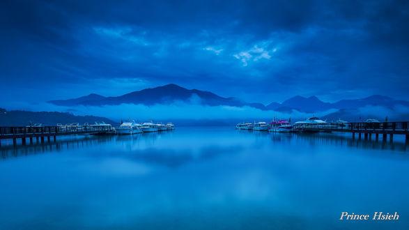Обои Пристань катеров на фоне тумана, гор и облачного неба, на озере Sun Moon / Солнце-Луна, Tаiwаn / Тайвань, by Prince Hsieh