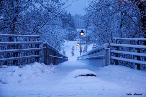 Обои Мост в снегу с горящими городскими фонарями, фотограф Andre Villeneuve
